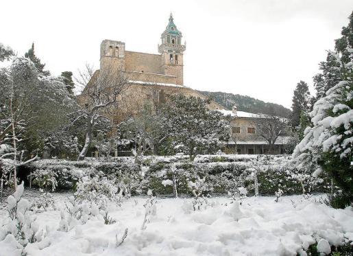 El pueblo de Valldemossa nevado.