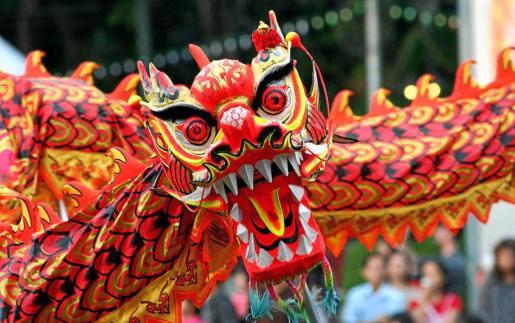 Durante los 15 días de celebración, la Danza del Dragón llena las calles, ya que este mítico animal representa la sabiduría, el poder y la riqueza.