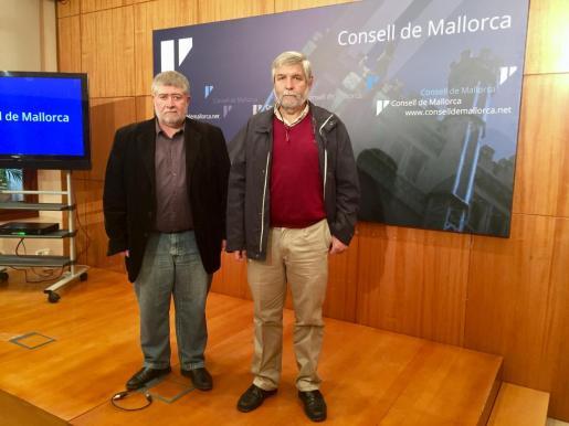 En la imagen, el conseller de Desenvolupament Local, Joan Font, y el director insular de Cooperació Local i Caza, Joan Manera, presentando los proyectos de inversión de el Plan Especial de Ayudas.