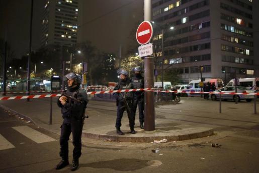 La policía en las inmediaciones del lugar donde se ha producido el atraco.