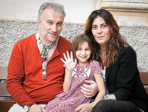 Fernando Blanco y su mujer, la mallorquina Margarita Garau, junto a Nadia Nerea en Binissalem.