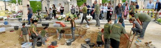 Trabajos de exhumación de los cadáveres de la fosa común de Porreres