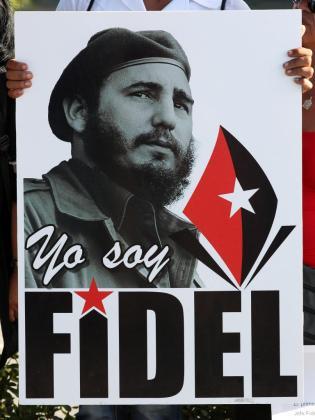 Vista de un cartel de Fidel Castro mientras decenas de personas se reúnen cerca a la entrada del cementerio Santa Ifigenia, en Santiago de Cuba.