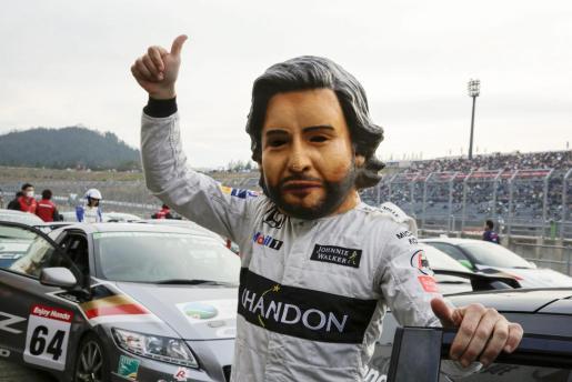 El piloto de Fórmula 1 Fernando Alonso, con una máscara, a su llegada al 'Thanks day' de Honda.