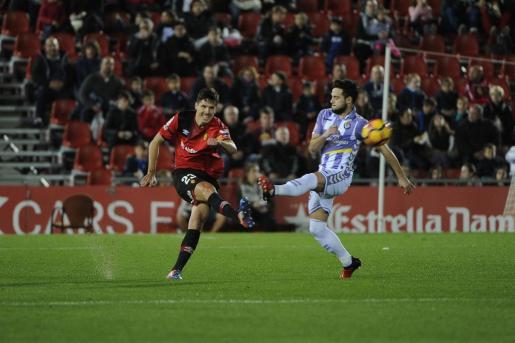 Yuste despeja un balón ante la presión de un jugador del Valladolid.