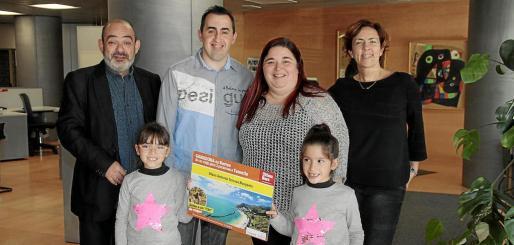 La ganadora, segunda por la derecha, junto a su marido, sus hijas; el director comercial del Grup Serra, Alfonso Moll, y la responsable comercial de Ultimahora.es, Alejandra Murphy.