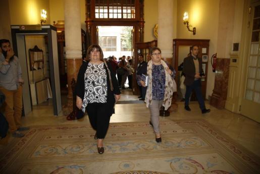 La diputada y presidenta del Parlament Xelo Huertas (izquierda) y la también diputada Montse Seijas han sido expulsadas de la formación que en Balears lidera Alberto Jarabo.