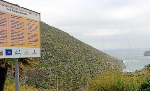 Un cartel advierte a los excursionistas de que están llegando a la zona de exclusión de Cala Castell.