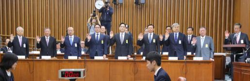 Los líderes de los principales conglomerados empresariales surcoreanos instantes antes de declarar ante el parlamento por el conocido como caso Rasputina coreana.