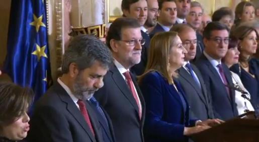El presidente del Gobierno, junto con otros representantes políticos, atendiendo al discurso de la presidenta del Congreso con motivo del día de la Constitución.