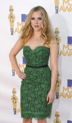 La actriz Scarlett Johansson ha sido nombrada mujer del año por una conocida revista.