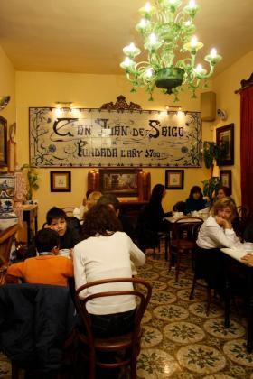La larga tradición otorga a Can Joan de s'Aigo un espléndido ambiente.