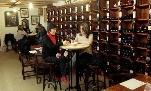 Lo divino cuenta con una amplia carta de vinos, su especialidad.