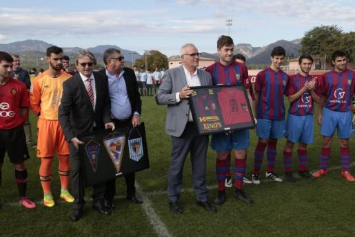 Fallecido el 28 de noviembre de 2006, el Real Mallorca quiso homenajear ayer la figura del que fuera coordinador del fútbol base. En la imagen Monti Galmés, Paco Galmés y Joan Serra (director comercial del club y hermano de Tomeu Serra) durante los actos celebrados ayer en la Ciudad Deportiva Antonio Asensio.