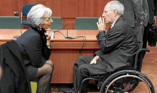 La ministra francesa Christine Lagarde conversa con su homólogo alemán, Wolfgang Schaeuble, durante la reunión de Bruselas.