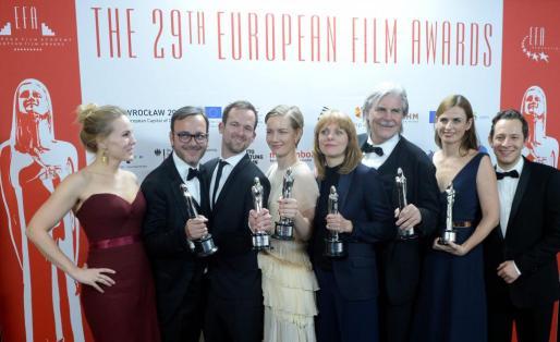 Creadores y actores de la gran ganadora de los premios del Cine Europeo, Toni Erdmann, tras la gala.