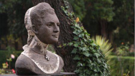 El monumento es obra de la escultora mallorquina Catalina Sureda y consiste en un busto en barro refractario, parcialmente policromado, sobre una base de piedra y con 2 placas explicativas.