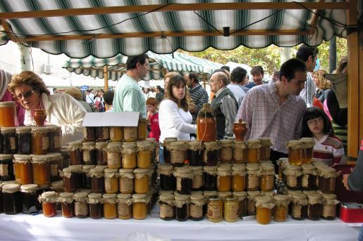 La miel y la apicultura son el tema central de la feria de Llubí.