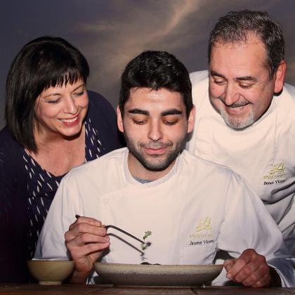 Jaume Vicens, la nueva generación de cocineros de la familia, flanqueado por sus padres y dueños del restaurante Béns d'Avall, Cati Cifre y Benet Vicens.