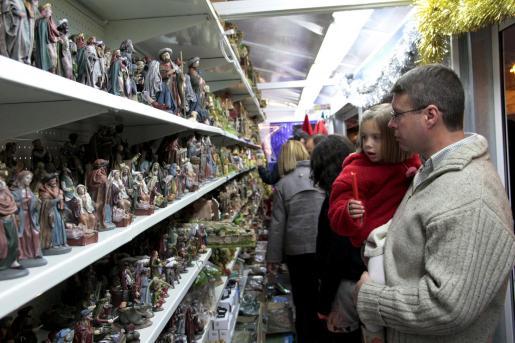 Las figuras del pesebre llegan cada año al mercadillo de la Plaça Major.