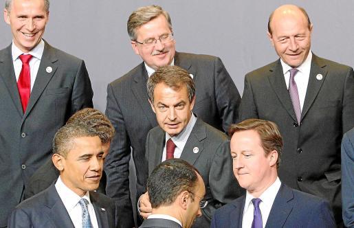 Los jefes de Gobierno atienden las explicaciones de protocolo sobre dónde colocarse para la foto de grupo en Lisboa.