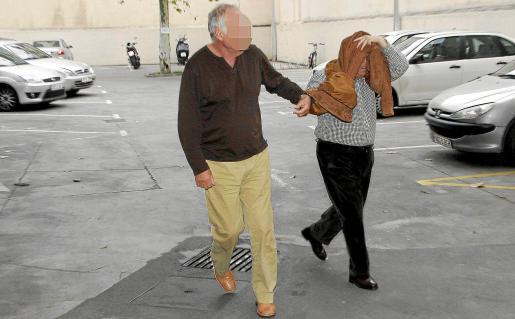 El detenido por la estafa (a la izquierda), ayer en los juzgados de Vía Alemania de Palma. Fotos: A. SEPÚLVEDA
