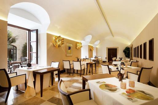 El elegante comedor del Zaranda, un restaurante en Mallorca que goza de dos merecidas estrellas Michelin.