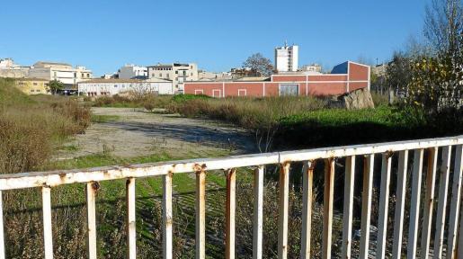 El solar de la antigua fábrica de Majorica lleva años abandonado después de la fallida construcción de decenas de viviendas.