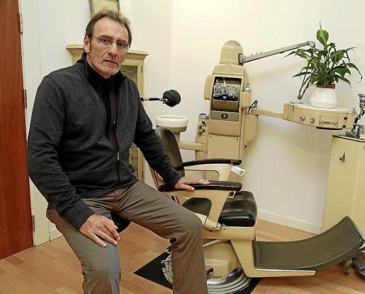 Pere Riutord, junto a una antigua silla de dentista.