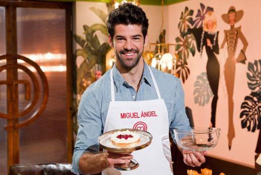 Miguel Ángel Muñoz, con una de sus creaciones culinarias.