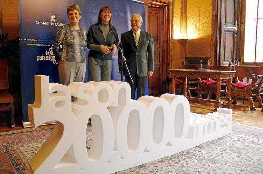 Dubón, Armengol y Sevilla, ayer durante el acto institucional que sirvió para celebrar las 20.000 firmas a favor de la Serra.