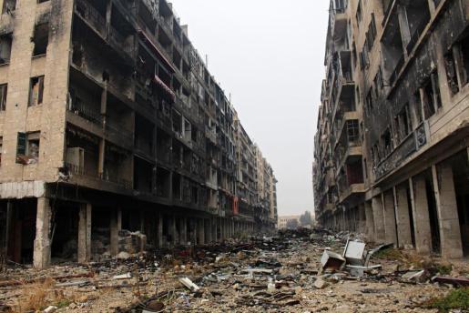 Vista general de una calle destruida en Alepo (Siria).