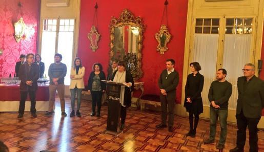 Huertas, junto con representantes de todos los grupos políticos, en el acto con los reporteros.