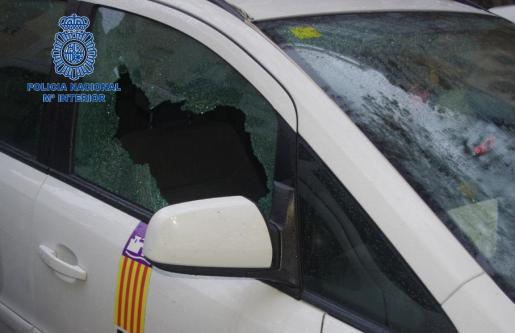 Imagen de un taxi facilitada por la Policía Nacional al que le han roto una ventana para robar en su interior.