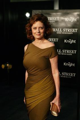 """La actriz estadounidense Susan Sarandon posa durante el estreno de la película """"Wall Street: el dinero nunca duerme"""" en el Teatro Ziegfeld de Nueva York."""