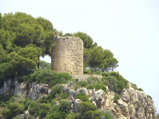 Las torres de defensa fueron erigidas en su día para alertar a los habitantes de los peligros que provenían del mar. Ahora se convertirán en «faros para iluminar el camino» de quienes persiguen una vida mejor.
