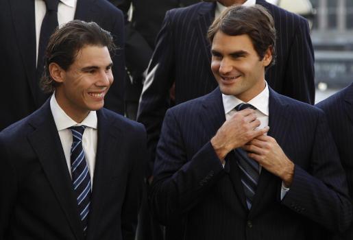 El español Rafael Nadal y el suizo roger Federer hablan durante la foto de grupo de los participantes en la Copa Masters.