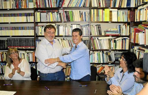 Tolo Moyà estrechando la mano al socialista Chema Muñoz.