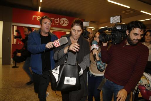 La madre de Nadia, a su llegada a Palma.