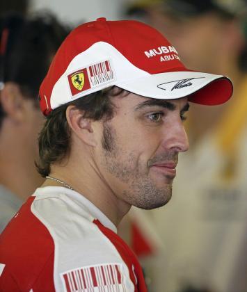 El piloto español de Ferrari, Fernando Alonso, asiste a la sesión de fotos del Gran Premio de Abu Dabi.
