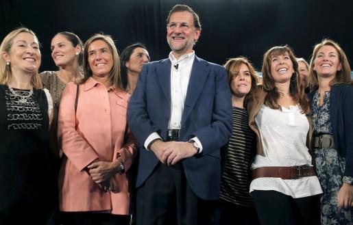 El líder del PP y la candidata a la Generalitat, junto a un gupo de mujeres del partido.