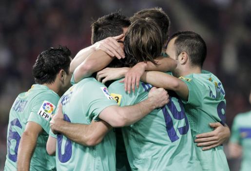 Los jugadores del Barcelona celebran el primer tanto de Messi ante el Almería.