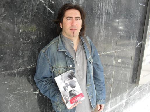 El músico Manel Martorell, con el libro.