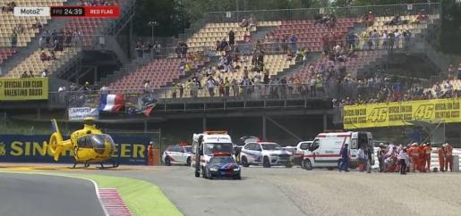 Las asistencias sanitarias, atendiendo al piloto mallorquín tras su aparatoso accidente en la curva 12 del circuito de Montmeló.