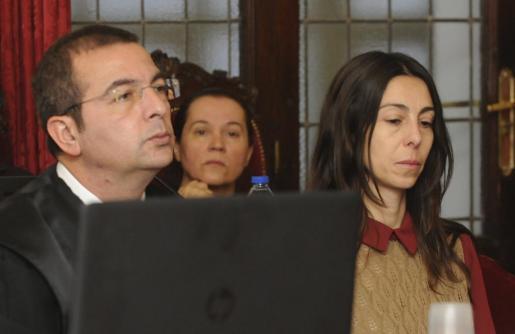 Fotografía de Archivo de Fermín Guerrero, el abogado de la policía local Raquel Gago (d), una de las acusadas en el juicio por el asesinato de la presidenta de la Diputación de León, Isabel Carrasco.