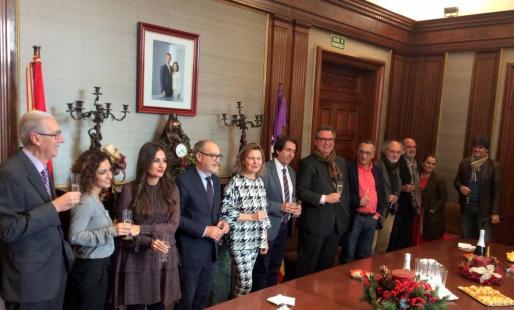 La delegada del Gobierno, junto con los responsables de los medios de Baleares.