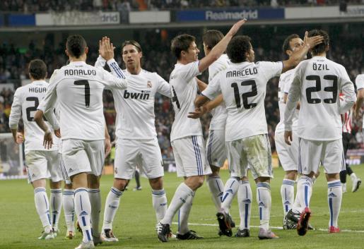 Los jugadores del Real Madrid celebran el gol conseguido ante el Athlétic de Bilbao por el delantero portugués Cristiano Ronaldo (2i), el segundo del partido.