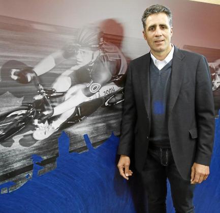 Miguel Indurain en la pelousse del velódromo Palma Arena.