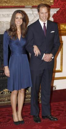 El príncipe Guillermo de Inglaterra y Kate Middleton posan para los medios durante el acto en el que han anunciado su enlace matrimonial, en el Palacio St James de Londres.