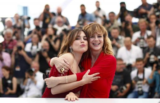 """Las actrices españolas Emma Suárez (d) y Adriana Ugarte posan durante la presentación de la película """"Julieta"""" dentro de la 69 edición del Festival de Cannes."""